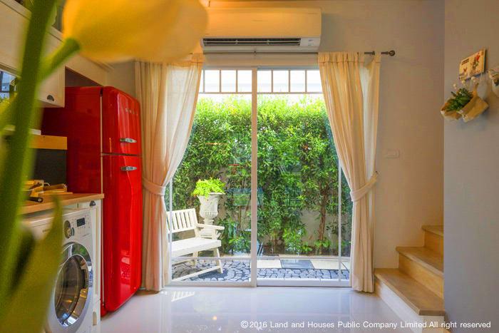 บ้านสวยด้วยบานกระจก by LH