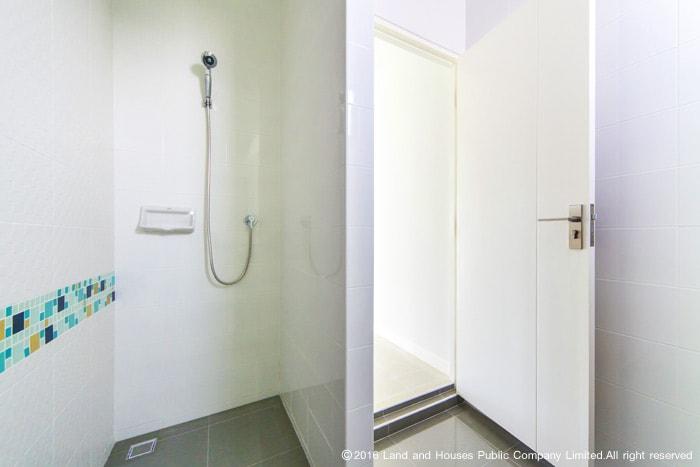 ประตูห้องน้ำบ้านแลนด์ แอนด์ เฮ้าส์