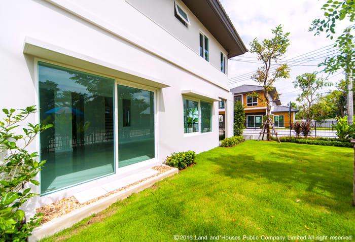 กระจกเขียวตัดแสง บ้านแลนด์ แอนด์ เฮ้าส์